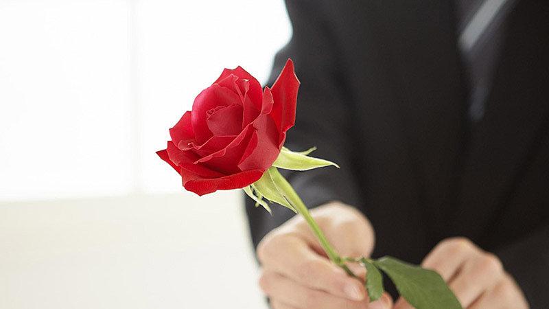 Одна роза для девушки: моветон или особый стиль?