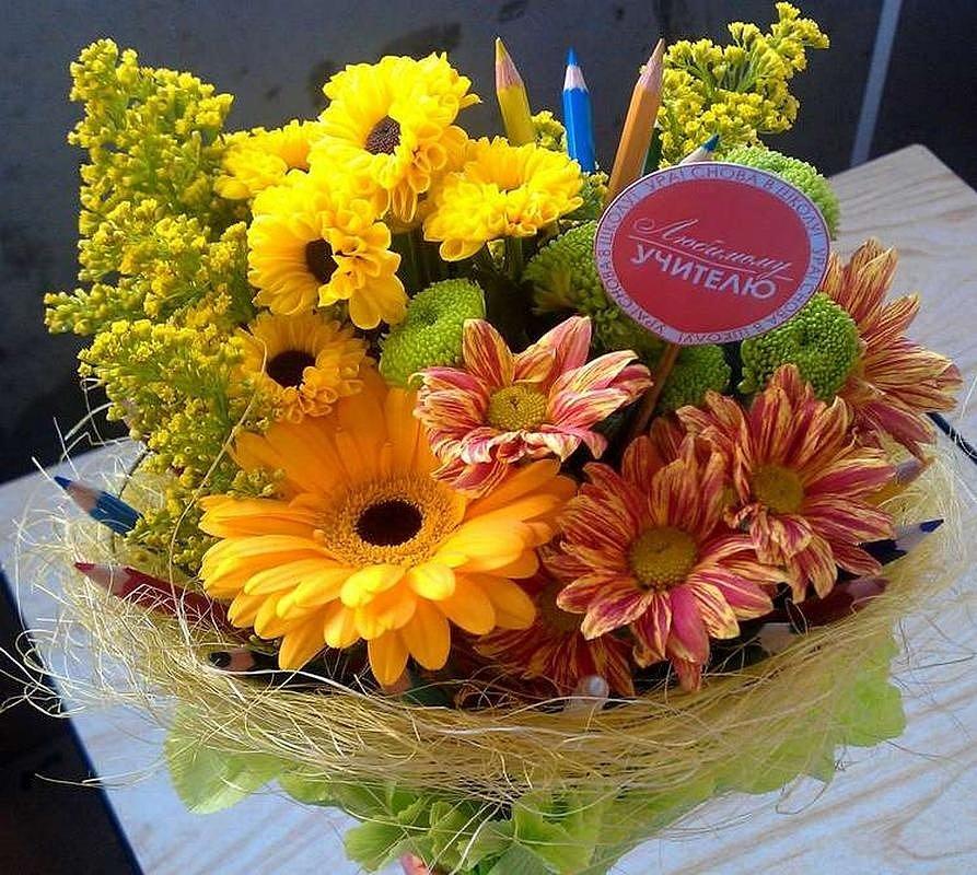 Букеты цветов и цветы в шляпных коробках в подарок на 1 сентбря учителю