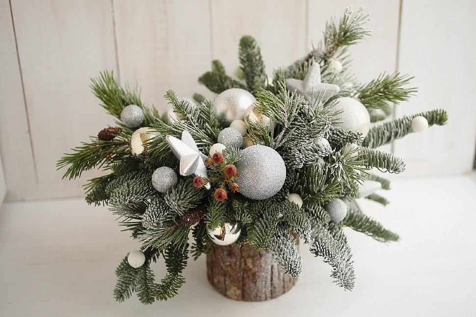 Маленькие и эффектные новогодние композиции из шишек и еловых веток