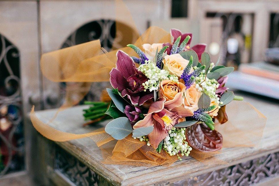 Букет цветов на столе